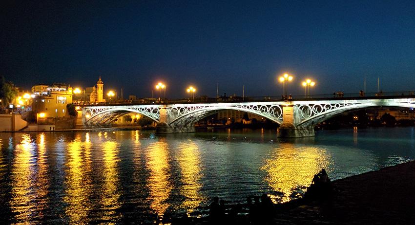 Vista nocturna del Puente de Triana