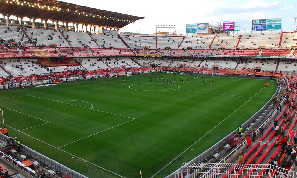 Jugadores del Sevilla FC calentando en su estadio
