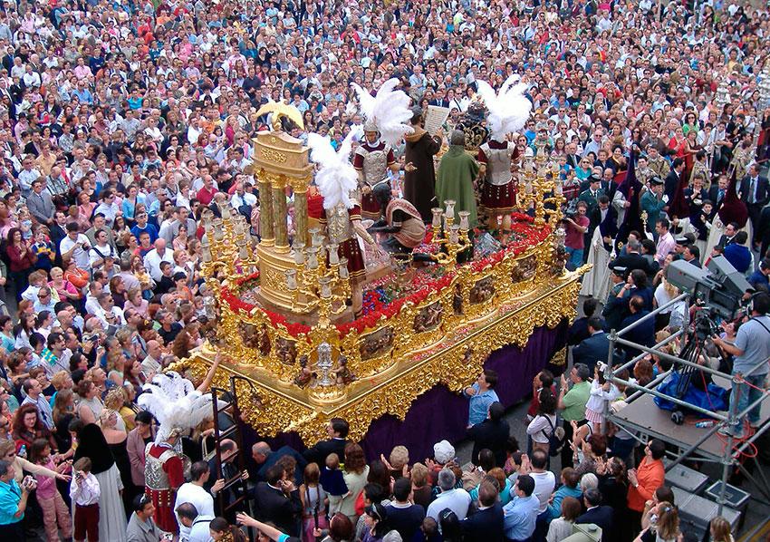 Paso en la Semana Santa de Sevilla