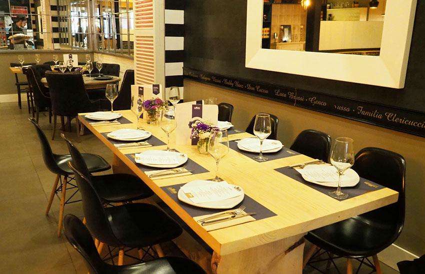 Mesa en restaurante sevillano